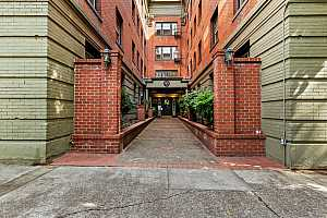 MLS # 21367397 : 2109 NW IRVING ST 209