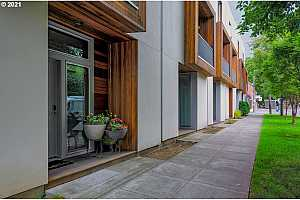 More Details about MLS # 21424552 : 2625 NE 7TH AVE 6